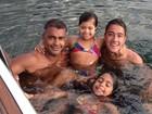 Romário curte passeio de barco com os filhos