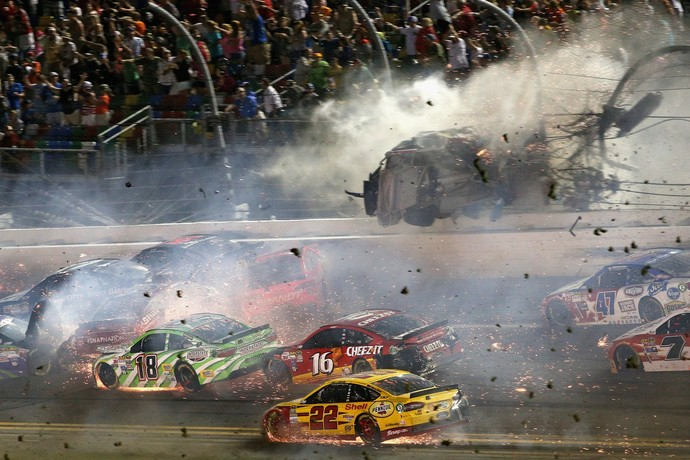 Carro de Austin Dillon é arremessado contra alambrado em acidente na etapa de Daytona da Nascar (Foto: Getty Images)