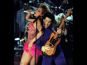 Prince se apresenta com Beyonce durante a 46ª edição do Gremmy Awards em Los Angeles, nos EUA, em fevereiro de 2004 (Foto: Gary Hershorn/Reuters/Arquivo)