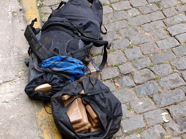 Droga foi abandonada em agropecuária de Cataguases (Foto: Polícia Militar/Divulgação)