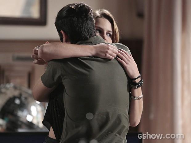 Anita finge estar feliz  (Foto: Felipe Monteiro / TV Globo)
