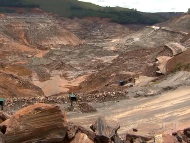 Barragem de Fundão se rompeu no dia 5 de novembro, em Mariana (Foto: Reprodução/TV Globo)