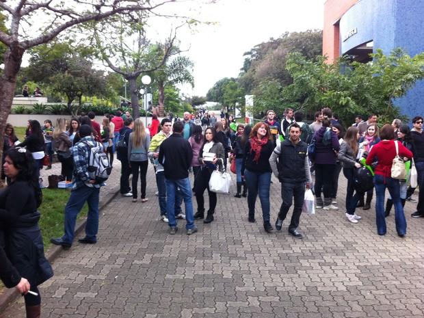 Examinandos aguardam início das prova da Ordem em Porto Alegre (Foto: Gabriela Haas/ G1)
