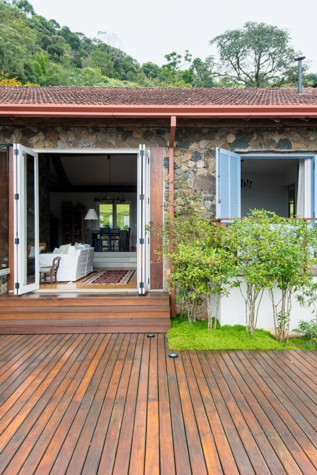 Casa de 380m², em São Francisco Xavier, SP, reúne soluções sustentáveis, materiais de demolição, madeiras e pedras (Foto: Edson Ferreira / Divulgação)