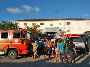 Unidade de combate a incêncios do Corpo de Bombeiros e ambulâncias do Samu foram deslocadas para a penitenciária do Roger (Foto: Hebert Araújo/ TV Cabo Branco)