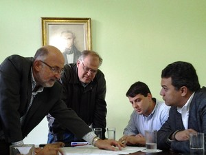 Os deputados Luiz Paulo, Bernardo Rossi e Marcus Vinicius, com o prefeito Rubens Bomtempo, em Petrópolis (Foto: Divulgação)