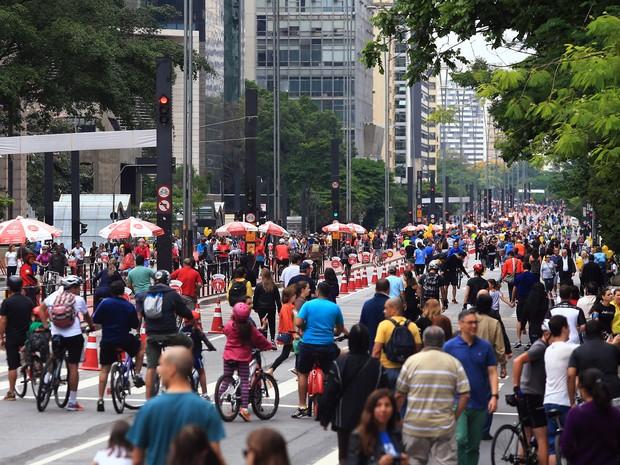 Pedestres caminham pela Avenida Paulista, fechada para veículos neste domingo (18) (Foto: Hélvio Romero/Estadão Conteúdo)
