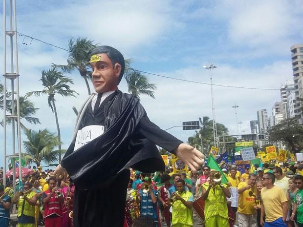 No Recife, boneco gigante faz referência ao juiz Sérgio Moro e à Operação Lava Jato (Foto: Katherine Coutinho / G1)