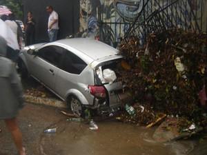 Carro foi arrastado pelas águas do temporal na Vila Madalena, na Zona Oeste de SP (Foto: Michele Bittencourt/VC no G1)