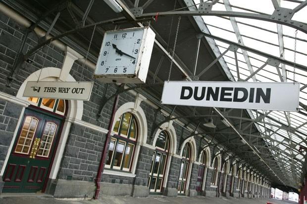 A principal plataforma de embarque, com um quilômetro de extensão, é a maior do país, e vira palco do principal desfile de moda da ilha sul todo mês de outubro (Foto: Dunedin Railways/Divulgação)