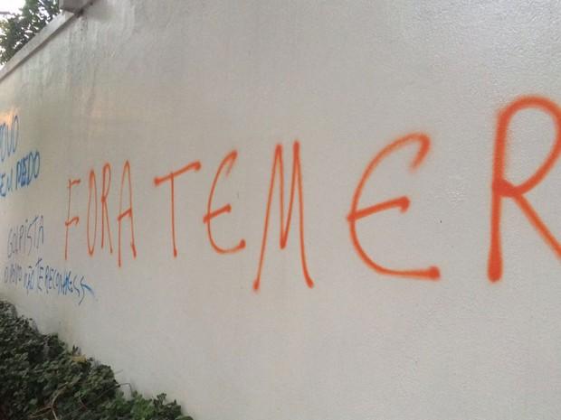 Muros de casas próximas à casa de Michel Temer foram pichadas (Foto: Gabriela Gonçalves/G1)