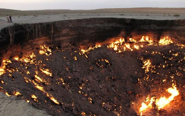 Buraco apareceu em 1971 após ação de geólogos da antiga União Soviética que colocaram fogo nos gases (Foto: Igor Sasin/AFP)