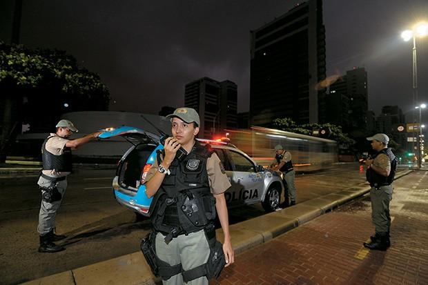 SEGURANÇA Carro de polícia  na Praia de Boa Viagem, no Recife. Os índices de criminalidade  em Pernambuco despencaram  (Foto: Leo Caldas/ÉPOCA)