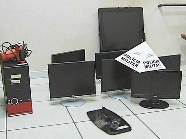 Material furtado foi encontrado na casa de um dos presos e também em uma Lan Hause  (Foto: Reprodução /  Inter TV dos Vales)