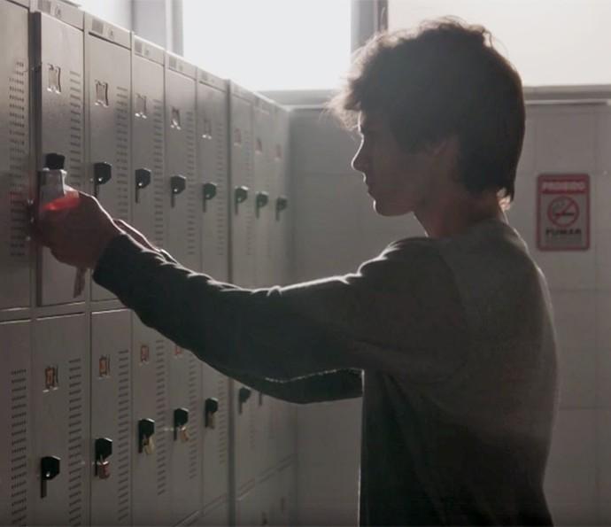 Fabinho faz cópia de chave de Jonatas (Foto: TV Globo)