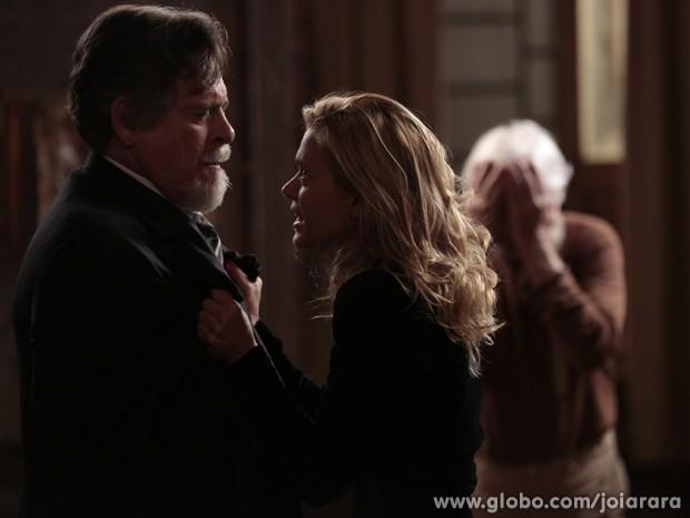 Ernest fica furioso com Iolanda, para desespero de Apolônio (Foto: Fábio Rocha / Tv Globo)