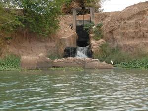Galeria de águas pluviais derrama esgoto no Rio Poti, em Teresina (Foto: Gil Oliveira/ G1)