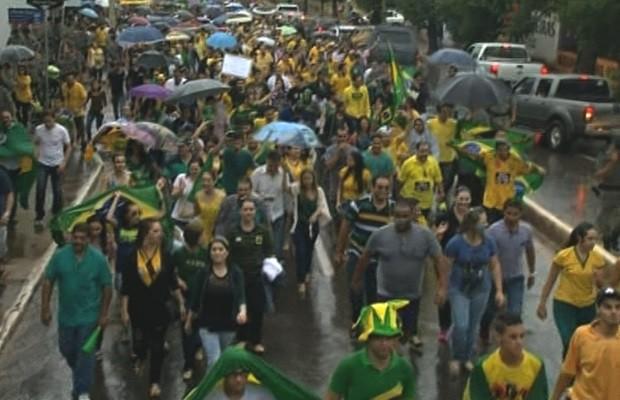 Protesto em Anápolis, GOiás (Foto: Reprodução/TV Anhanguera)