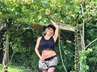 Karina Bacchi mostra barriguinha da gravidez ao posar de blusa curta
