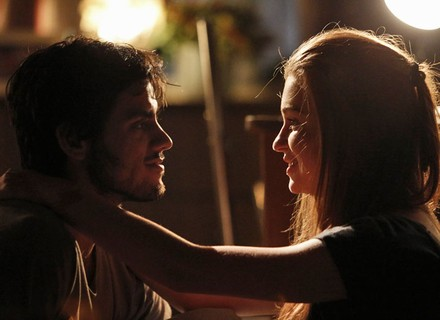 Jonatas faz declaração para Eliza: 'Fica comigo pra sempre?'