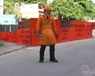 Zé do Bairro conferiu mal estado de ponte em Barra Mansa  (Foto: Reprodução/ RJTV 1ª Edição)