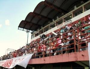 Torcida em Divinópolis para assistir Guarani-MG x Atlético (Foto: Larissa Bernardes / GLOBOESPORTE.COM)