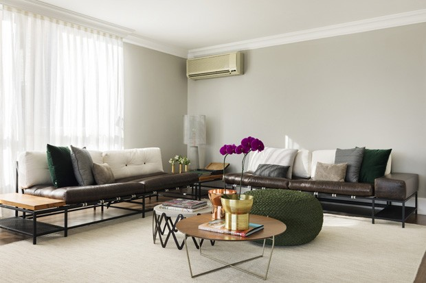 Madeira, couro e cimento queimado compõem apartamento masculino e atemporal (Foto: Rafael Renzo)