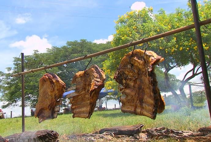 Carnes ficam penduradas como se fossem roupas no varal (Foto: Reprodução / TV TEM)