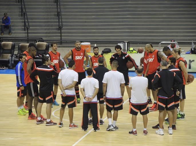 José Neto conversa com o elenco do Flamengo antes do primeiro treino em Marília (Foto: Marcello Pires)