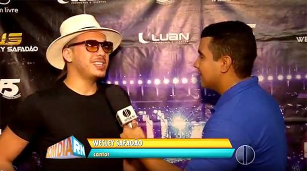 Cantor Wesley Safadão, em entrevista à Inter TV Cabugi durante o carnaval de Caicó   (Foto: Reprodução/Inter TV Cabugi)