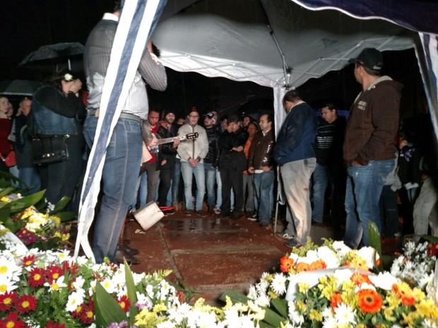 Corpo do cantor Renan Ribeiro é enterrado em Conchal (Foto: Fabio Rodrigues/ G1)