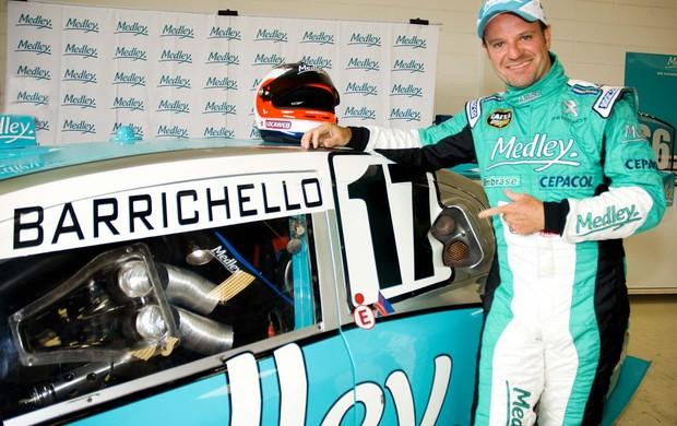Rubens Barrichello e o carro 17 com o qual disputará a Corrida do Milhão da Stock Car (Foto: Miguel Costa Jr./ divulgação)