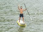 Malvino Salvador chega para entrevista de stand up paddle e ganha escultura