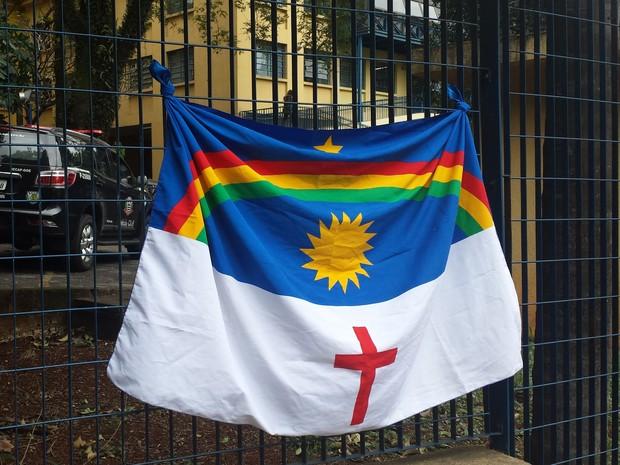 Bandeira de Pernambuco colocada na grade do IML em São Paulo (Foto: Tatiana Santiago/G1)