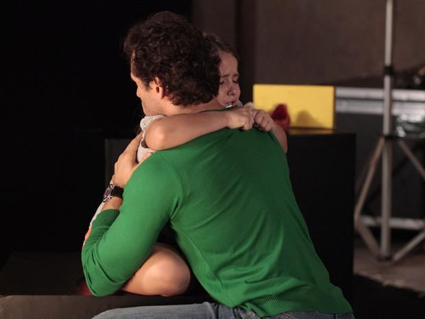 No estúdio fotográfico de Fábio, pai e filha se abraçam e choram pela separação (Foto: Guerra dos Sexos/ TV Globo)