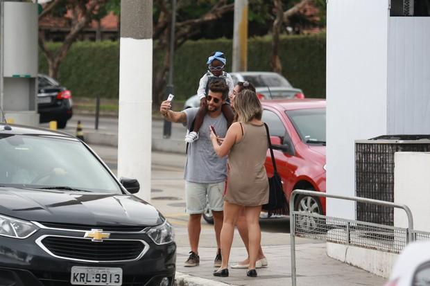 Bruno Gagliasso é tietado por fã durante passeio com a filha, Titi (Foto: Agnews)