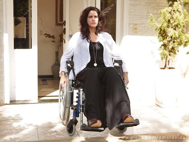 Mariah atende a porta de cadeira de rodas (Foto: Amor à Vida / TV Globo)