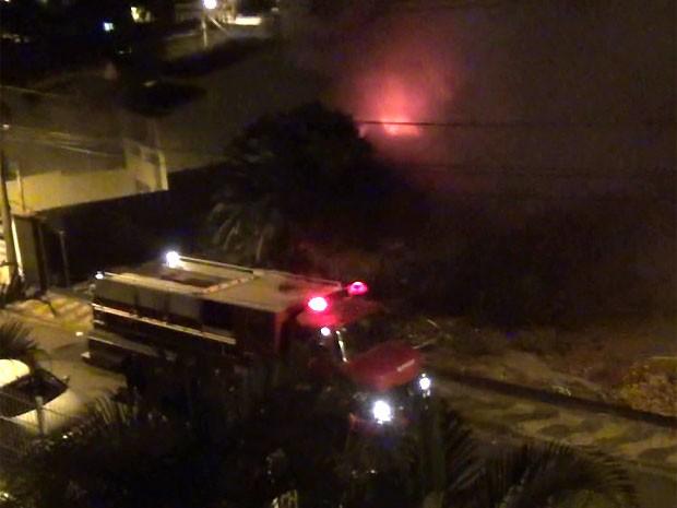 Bombeiros conseguiram conter as chamas após 2h do início do incêndio no bairro Cambuí em Campinas (Foto: Reprodução/ EPTV)