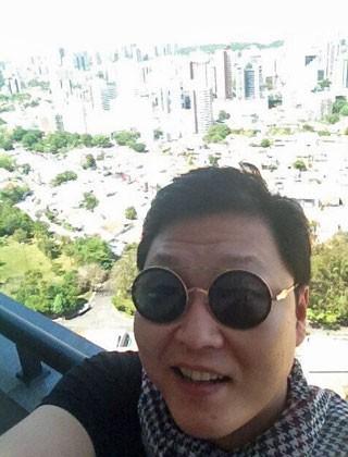 Cantor Psy postou foto no Twitter na chegada a Salvador (Foto: Reprodução/Twitter)