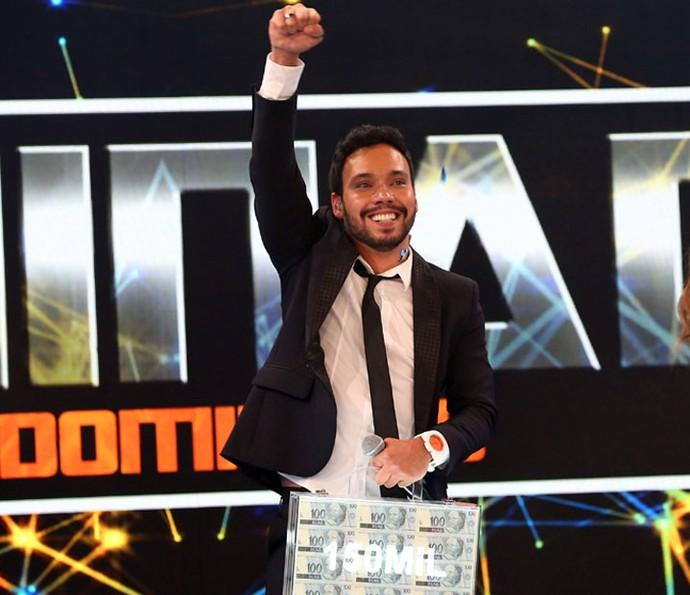 Filipe vibra ao receber o prêmio de R$ 150 mil (Foto: Carol Caminha/Gshow)