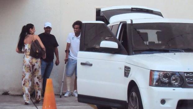Wesley do Palmeiras saindo do flat dele (Foto: Julio Cabeça)