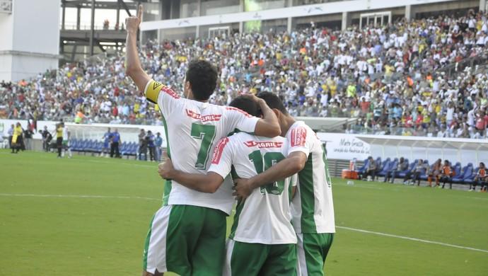 Jogadores do Luverdense comemoram o segundo gol da equipe (Foto: Christian Guimarães)