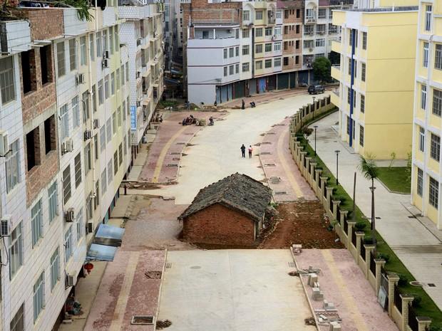 Casa é vista no meio de avenida em Nanning, na região de Guangxi Zhuang, China, neste domingo (12) (Foto: REUTERS/Stringer)
