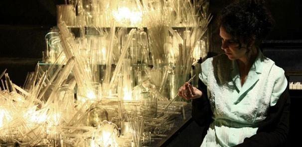 Na peça 'Nada', foram distribuídas pelo teatro mais de quatro mil peças de vidro (Foto: Divulgação)