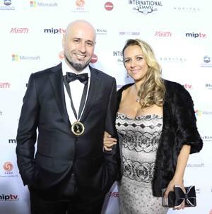 O diretor de O Astro Mauro Mendonça e sua esposa Juliana Ramos (Foto: TV Globo)