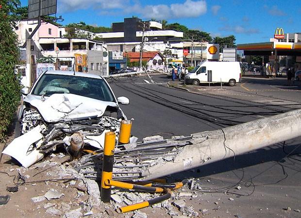 Motorista fica ferido ao bater em dois postes em Salvador (Foto: Imagem/ TV Bahia)