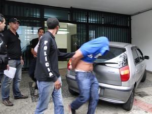 Maioria dos presos deixou prédio de promotoria em Belo Horizonte sem mostrar o rosto (Foto: Raquel Freitas/G1)