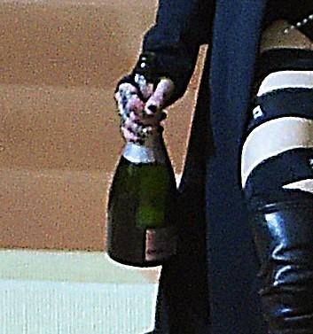 Madonna leva pra casa uma garrafa de champanhe (Foto: AKM-GSI)
