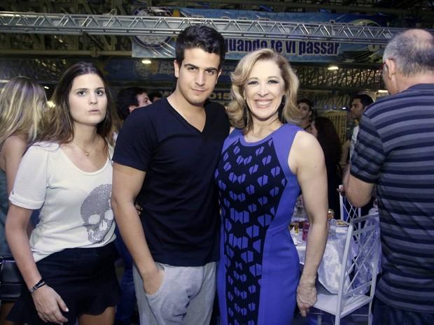 Enzo com a mãe, Claudia Raia, na quadra da Beija-Flor em Nilópolis, Zona Metropolitana do Rio (Foto: Ag. News)