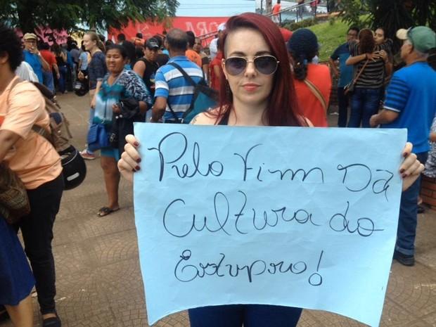 Manifestante protesta contra o estupro, em Porto Velho (Foto: Matheus Henrique/ G1)
